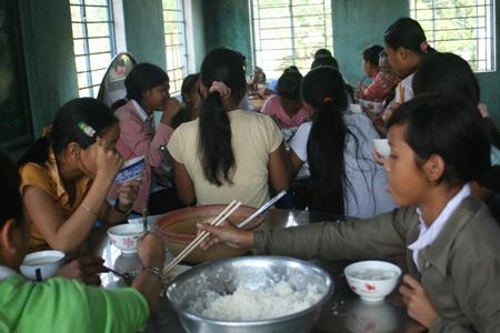 Bữa cơm tập thể đạm bạc của các em học sinh trường THCS Bán trú Lê Văn Tám.