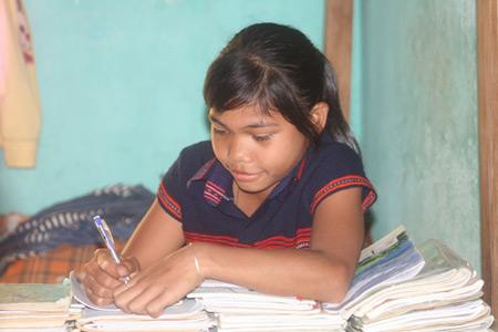 Chăm chỉ học bài ở KTX tập thể của nhà trường.