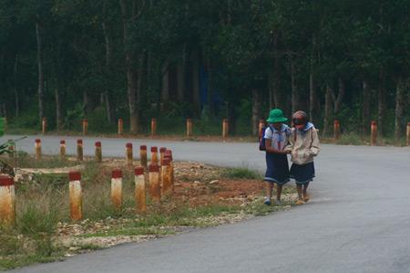 Hai bé gái ở huyện miền núi Nam Đông (Thừa Thiên – Huế) hồn nhiên sau buổi học chiều.