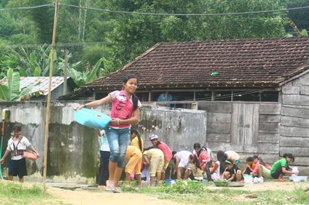 Sau buổi học sáng, các em nữ sinh trường Phổ thông Dân tộc Nội trú huyện Đông Giang (Quảng Nam) lại chăm chỉ đến bể nước để rứa chén bát, giặt áo quần.