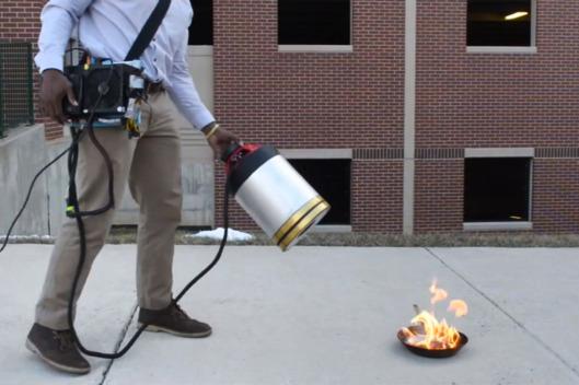 sinh viên người Việt đã chế tạo ra máy dập lửa bằng âm thanh thanh