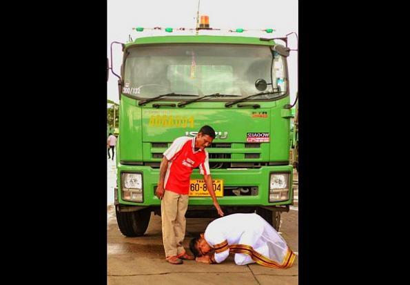 Cảm động chàng cử nhân Thái quỳ gối trước xe chở rác của cha