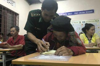 Gần 60 Tuổi Mới Đi Học Xóa Mù Chữ