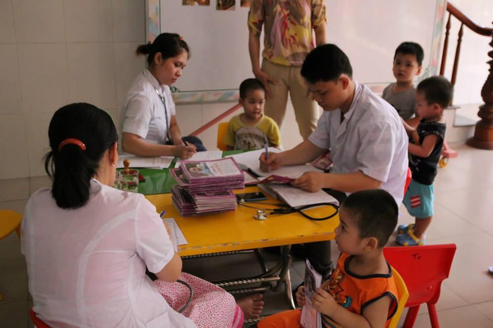 Truong mam non Tuong Vy tien hanh kiem tra suc khoe cho tre - Tại Sao Phụ Huynh Nên Lựa Chọn Trường Mầm Non Tường Vy Cho Trẻ